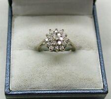 Stordimento 18ct Oro Bianco Diamante Cluster Anello piccole dimensioni H. 1/2