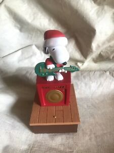 SNOOPY with Guitar Hallmark PEANUTS Christmas Band Wireless Motion Music 2011