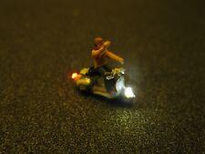 F65 - N Motorroller mit LED Beleuchtung Roller mit Figur Mann winkend 1:160
