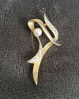 Vintage WEST textured ribbon faux pearl brooch pin