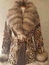 Abrigo de piel de ocelote y cuello de zorro.