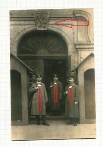 Foto 3 Soldaten Polizisten Bremen mit Ringkragen vor Gebäude