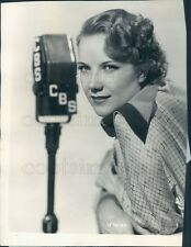 1935 Press Photo Pretty Singer Bernice Claire CBS Radio 1930s