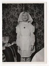 PHOTO N&B Enfant Petite Fille Infirmière Déguisement Jeu Jouet Vers 1960 Vintage