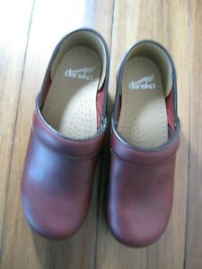 DANSKO WINE COLORED PROFESSIONAL BACKED LEATHER CLOGS SIZE 37
