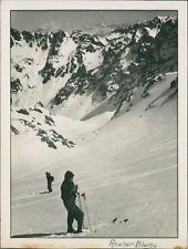France, 1950, Rocher Blanc. Skieurs  Vintage silver print.  Tirage argentique