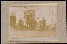 Cabinet c. 1900 - Groupe Cyclistes devant Café - T1081