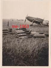 original Foto  ME 109 Jagdflugzeug davor Fliegerbomben