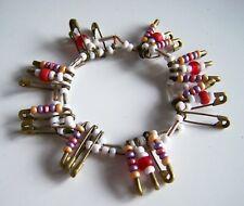 Hippes Armband mit goldenen Sicherheitsnadeln und Rocailles Perlen