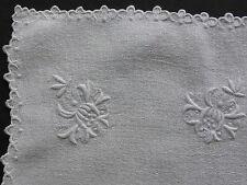 NAPPERON ANCIEN en LIN BLANC GRANITE BRODE DE FLEURS BORDURE FESTONNEE-31x28,5cm