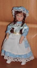 Puppe, Mädchen Lisa, blau-weißes Schürzenkleid, Miniatur 1:12 f. Puppenhaus #15#