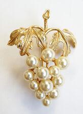 Broche en métal doré et perles en forme de grappe de raisin