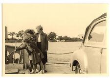 Famille sur bac barge voiture - photo ancienne amateur an. 1950