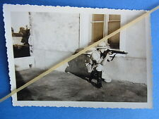 Foto Deutscher Soldat mit Kriegsbeute Tropenhelm Gewehr MAS 36