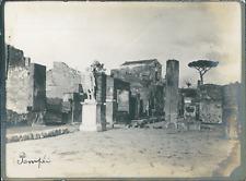 Italie, Pompéi, Vue d'une rue et statue, ca.1910, vintage silver print Vint
