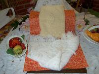 lot=housse de coussin et chale blanc  finement tricotées    tres bon etat