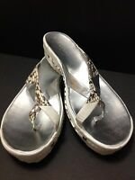 BCBG Janell Womens White w/ siver gray snake print LEATHER Thong Sandals Sz 8.5