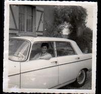 Photo Amateur / AUTOMOBILE PEUGEOT 404 avec conductrice en 1964