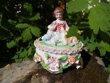 Ancienne boite bonbonnière en porcelaine peinte décor fleurs fillette chien