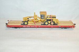 HO InterMountain Santa Fe Ry 60' wood deck flat car w/ CAT tractor grader load