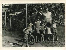 PHoto de dames avec enfants Petit Vélo dans jardin A identifier