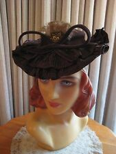 DELIGHTFUL 40'S BROWN FELT TILT HAT W/SATIN RUFFLE, FRONT FEATHERS & FELT BOW