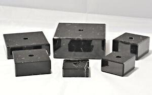 verschiedene Größen schwarze Marmorsockel mit Lochbohrung, Kanten abgeschrägt