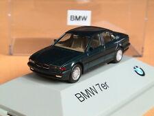 Herpa BMW 7-er Reihe  E-38 1994 hellgrauer Sockel  dunkelanthrazitmet.