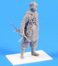 CMK 1/35 German SS Soldier (in Padded Jacket with Hood) Spring 1943 WWII F35240