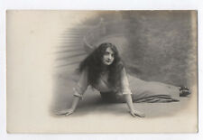CARTE PHOTO Postcard RPPC Femme Long cheveux Hair Portrait Escalier 1900 Allongé