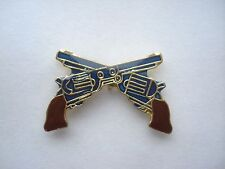 CROSSED PISTOLS GUN REVOLVER ARMY MILITARY OLD COLT 45 ENAMEL PIN BADGE SALE 99p