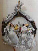 Ghirlanda natalizia per feste di Natale fuoriporta con sacra famiglia presepe