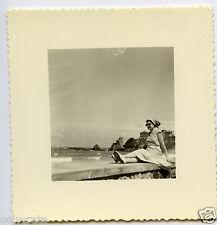 Portrait jeune femme bord de mer plage côte Basque - Photo ancienne 1955