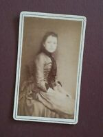 A144 CDV Photo circa 1910 TBE Jeune Femme assise belle robe Studio inconnu