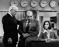 "TED KNIGHT ED ASNER IN ""THE MARY TYLER MOORE SHOW"" 8X10 PUBLICITY PHOTO (ZZ-413)"