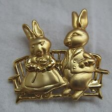 VINTAGE JEWELRY SATIN GOLD TONE SMALL RABBITS ON BENCH BROOCH PIN N.FF-282