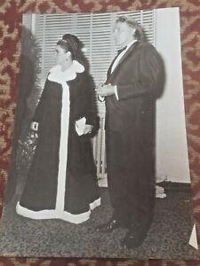 elizabeth taylor & richard burton . odhams press 1967 ( oxford premiere )