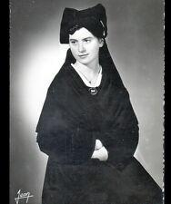 ILE DE SEIN (29) FEMME en COSTUME TRADITIONNEL vers 1950