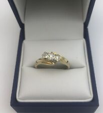 Pretty 9ct Gold & Diamond Trilogy Ring With Twisting Setting. Size O1/2 0.1 Cts