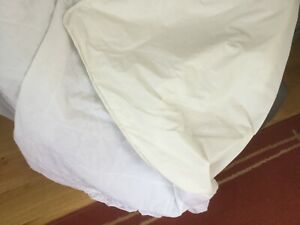 DOUBLE SIZED WATERPROOF MATTRESS PROTECTOR IN EXCELLENT CONDITION