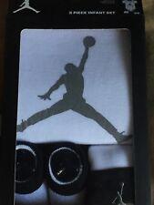 1ad2fa881462e Nike Air Jordan 3 pièces bébé ensemble cadeau 0-6 mois body chaussons  bonnet BNWT