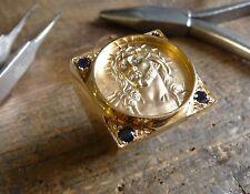 Chevalière carré Christ en or jaune avec saphirs, diamants, douille intérieure