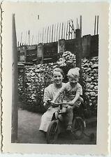 PHOTO ANCIENNE - ENFANT GARÇON VÉLO JOUET - CHILD TOY BIKE - Vintage Snapshot
