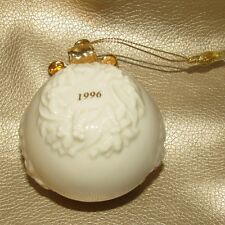 LENOX 1996 ANNUAL CHRISTMAS ORNAMENT - Ball with Wreath  (1ZIJ-1)