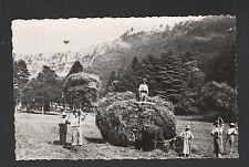 COUSANCE (39) ATTELAGE BOVINS & AGRICULTEURS en FENAISON , cliché période 1950
