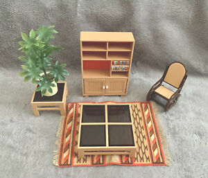 🌷 TOMY Miniature Dollhou LIVING ROOM SET Bookshelf Plant Rocking Chair Rug