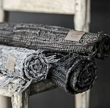 Malene Alfombra colchoneta de Cuero Negro Trapo se vería perfecta en una sala de familia. 120x 60cm