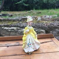 Statuette en porcelaine Femme en tenue de ville