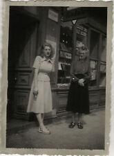 PHOTO ANCIENNE - VINTAGE SNAPSHOT - FEMME MAGASIN BOUTIQUE VITRINE KODAK - SHOP
