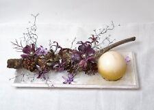 Weihnachts Tischdeko mit schwarze Wurzel mit Lila Blumen Kerze in Holztablett